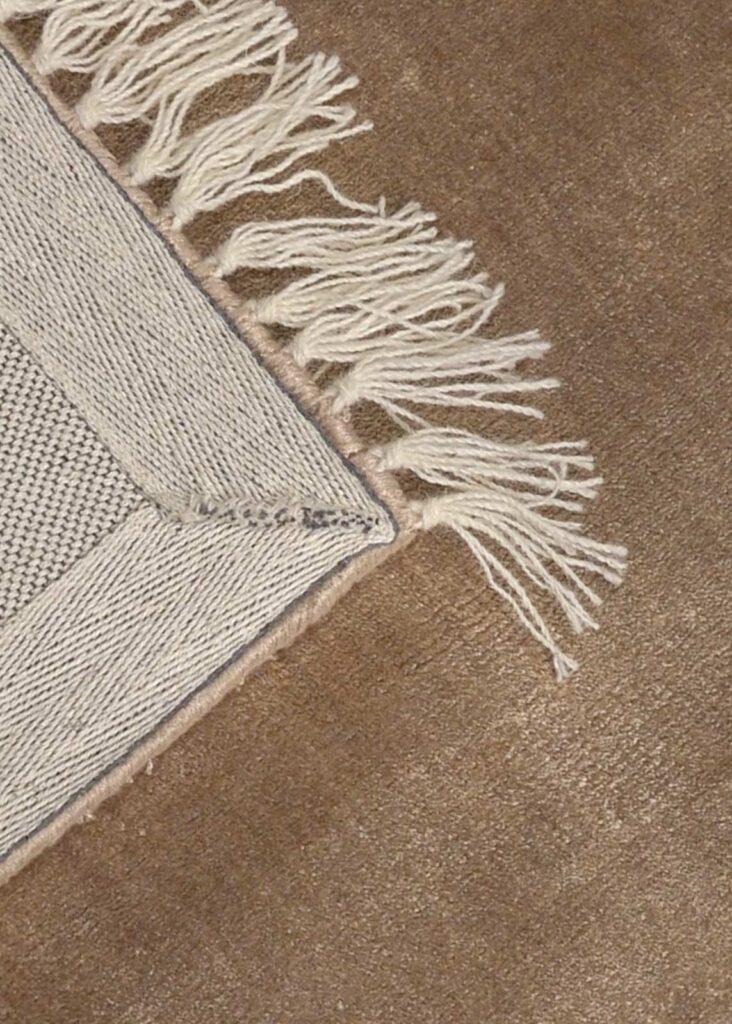 monalisa-design-tapijt-moderne-tapijten-handgeknoopte-design-exclusieve-luxe-vloerkleden-bruin-grijs-taupe-300x200-koreman-maastricht-3978-hoek.jpg