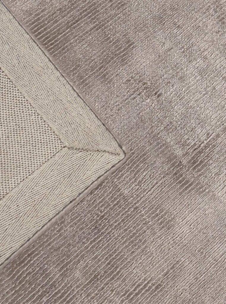 monalisa-design-tapijt-moderne-tapijten-handgeknoopte-design-exclusieve-luxe-vloerkleden-grijs-taupe-300x200-koreman-maastricht-3977-hoek.jpg