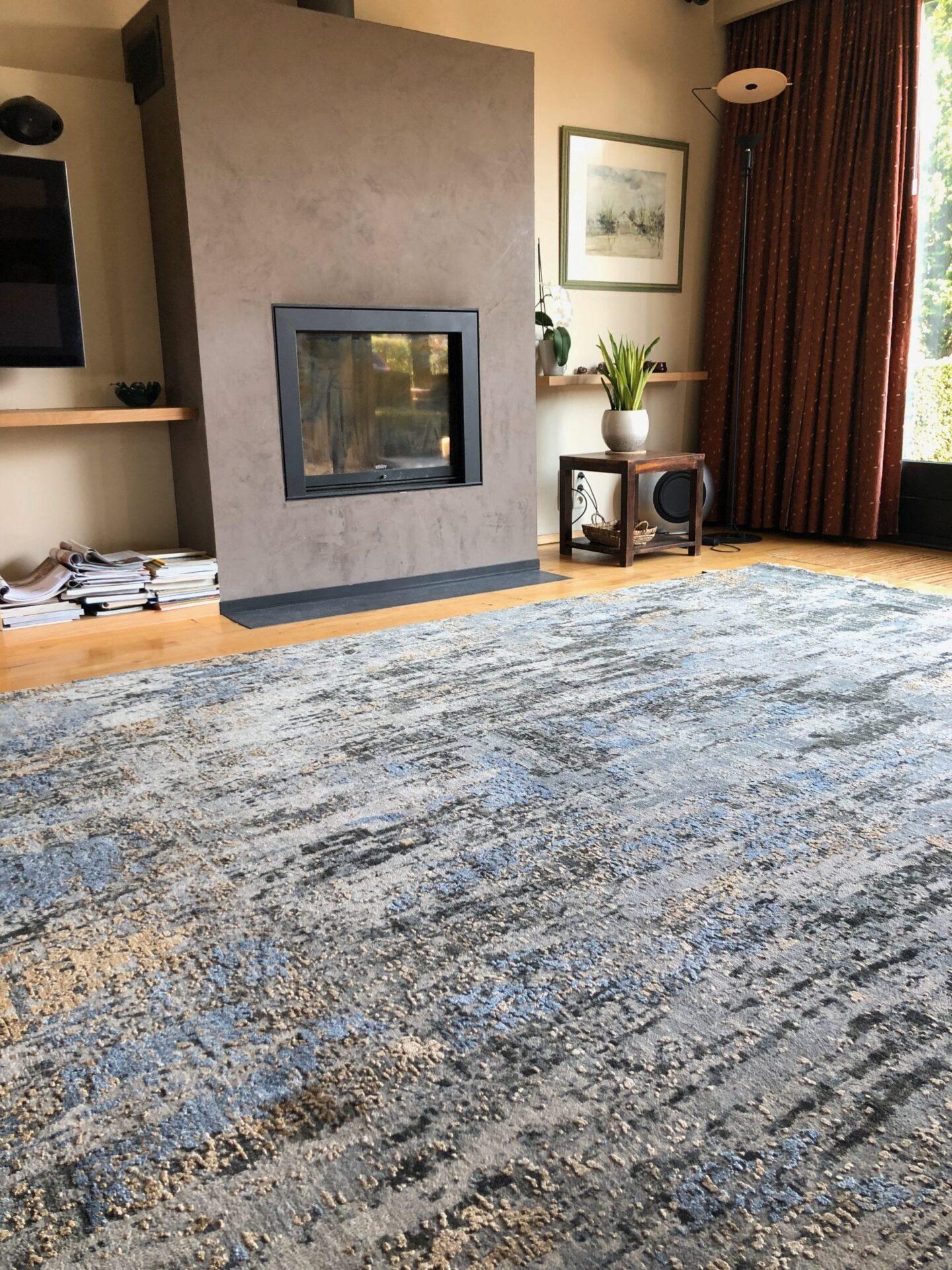 detail van luxe avant-garde vloerkleed op houten vloer