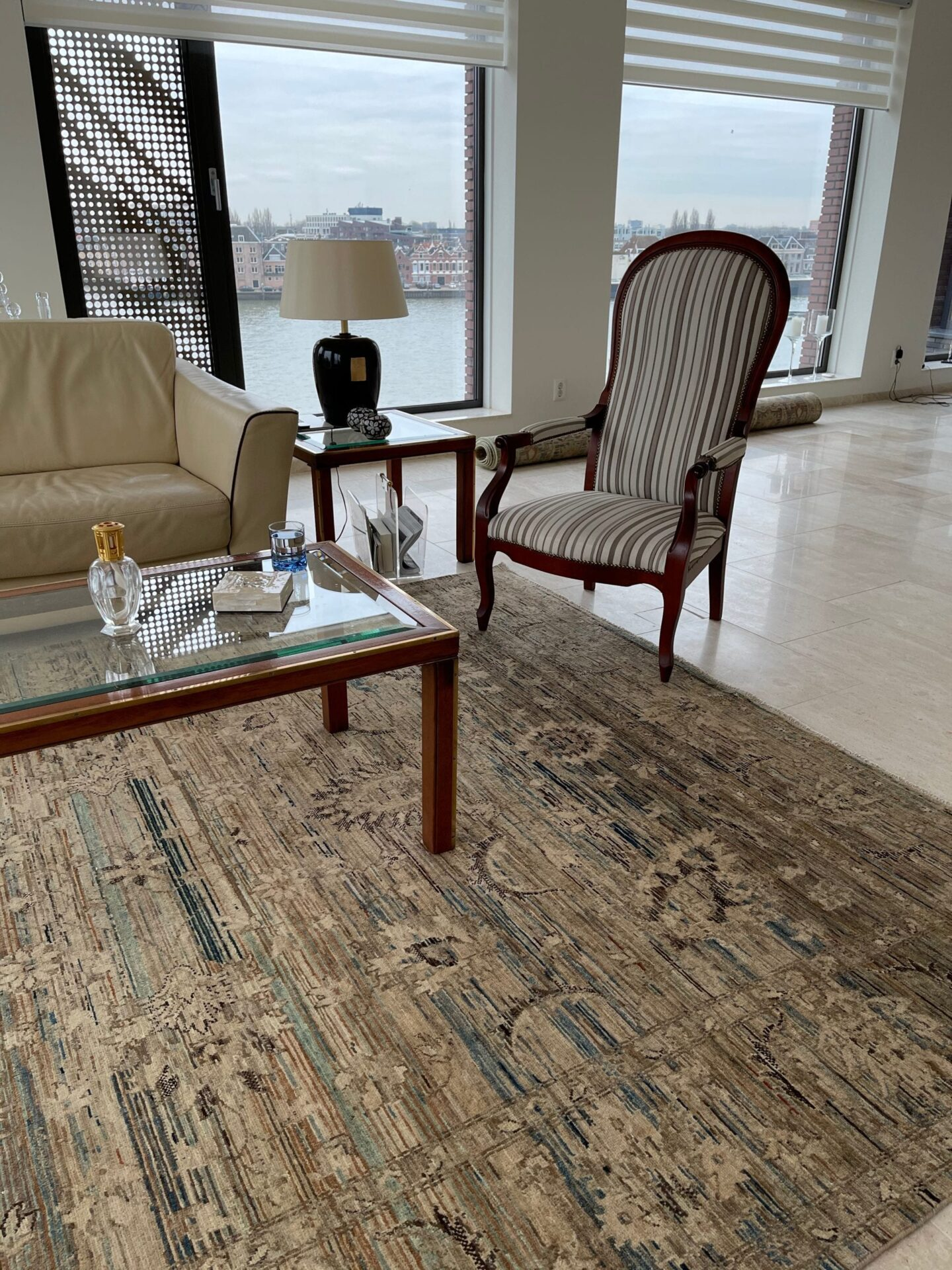 Nomaden tapijt op stenen vloer